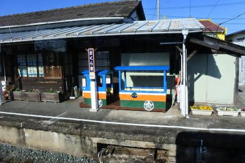 国鉄時代そのままの雰囲気が残る駅舎