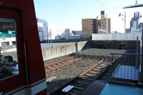駅の目の前は東海道本線の線路