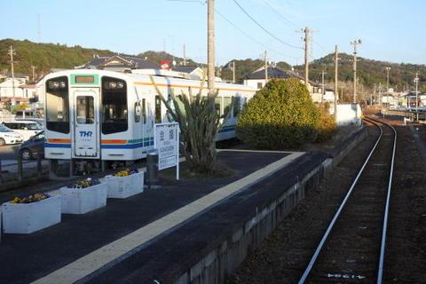 金指駅で対向列車と行き違い