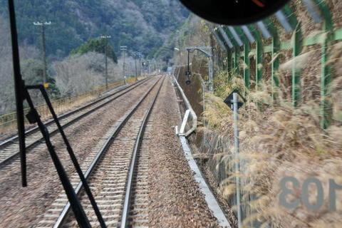駅間が長い区間はこのように列車行き違い施設が設けられている