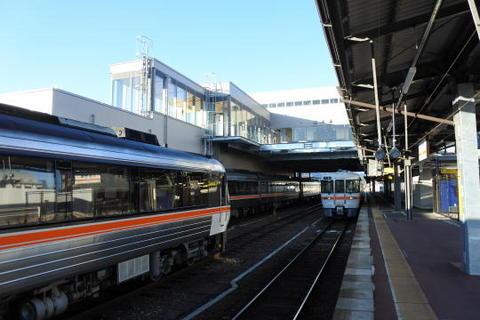 様々な列車が並ぶ