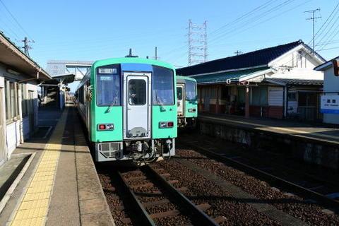 速星駅にて、対向列車と行き違いのため少々停車