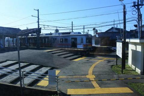 反対側ホームに停車しているのは元東急線の車両