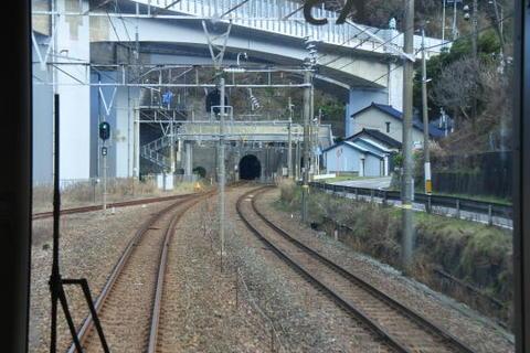 鉄道と道路が複雑に入り乱れる