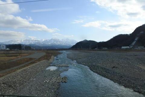 姫川を渡る
