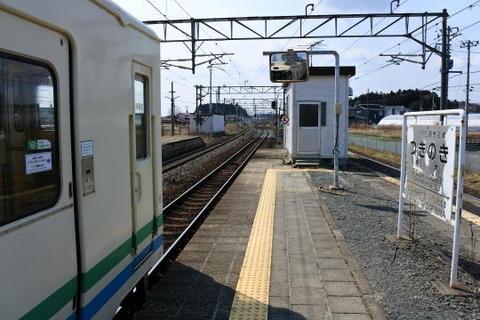 JR線の間に阿武隈急行線のホームがある構造