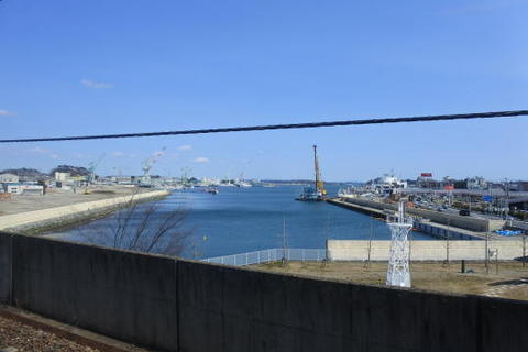 駅のすぐ前が海(港)