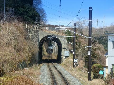 トンネルの上を東北本線の線路が交差する