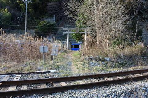 仙石線の線路の向こうに仙石東北ラインの車両が