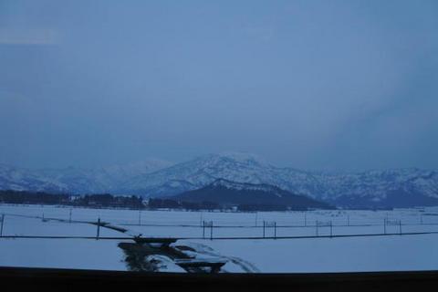 浦佐駅付近では雪景色