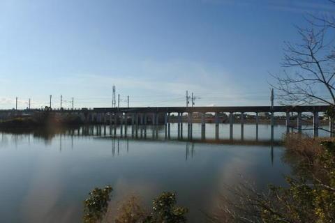 新幹線の高架橋が水面に映る