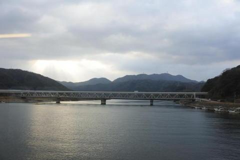 江の川を渡る