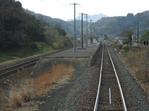 典型的な山間部の途中駅といった感じ