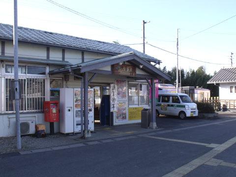 小じんまりとした駅舎