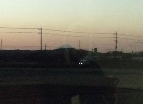 遠くに富士山のシルエット