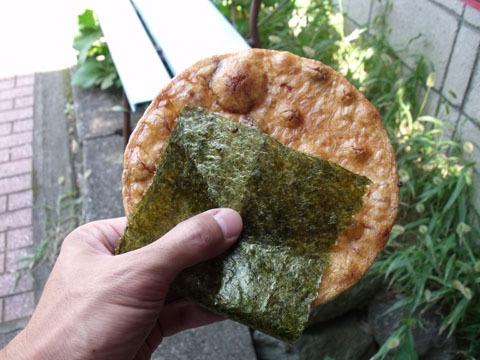 手におさまらないほどの巨大煎餅