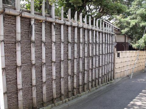 正門脇の桂垣
