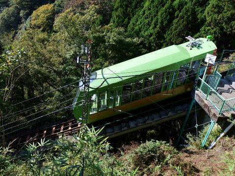 阿夫利神社駅を発車するケーブルカー