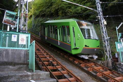 反対側の列車は山頂・阿夫利神社方面へ