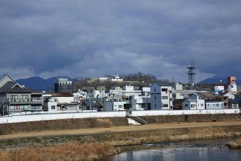 中央奥の高台が津山城址