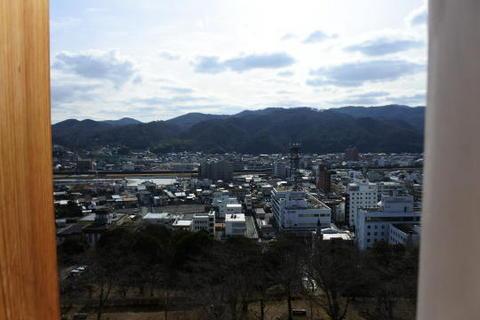 櫓内部から見た津山市街