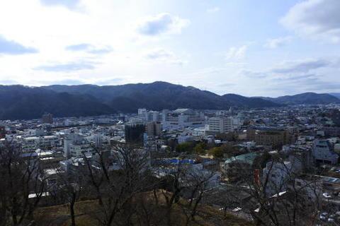 天守台上から津山市街を見る