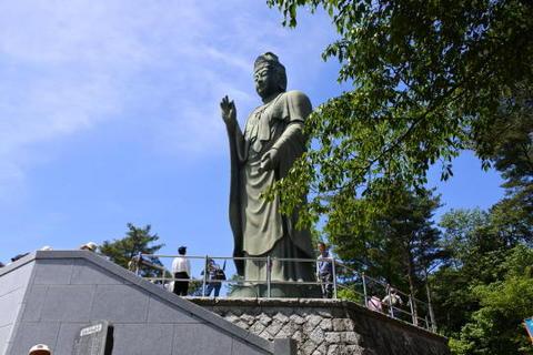 園地の頂上にある平和観音像