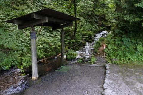 池へ湧き水が流れる
