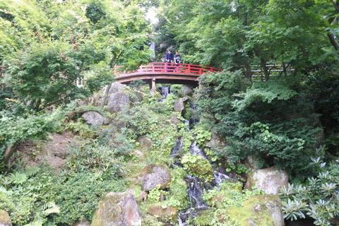 滝と赤い太鼓橋