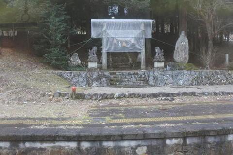 ホームのすぐ前が神社の入り口