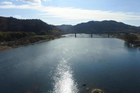 吉井川を渡る