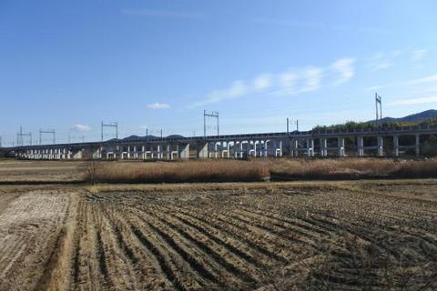 新幹線の高架橋が続く