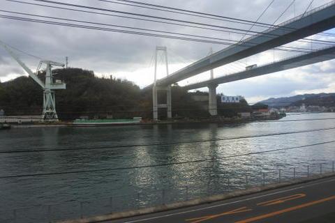 尾道大橋の下を通過