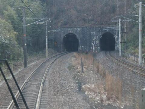 かなり古めかしいトンネルの入り口