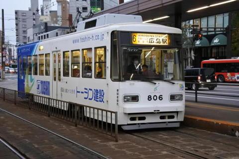 駅前を走る広島市電