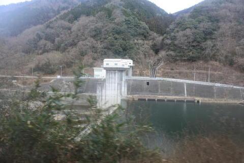 川の何か所かにダムが設けられている