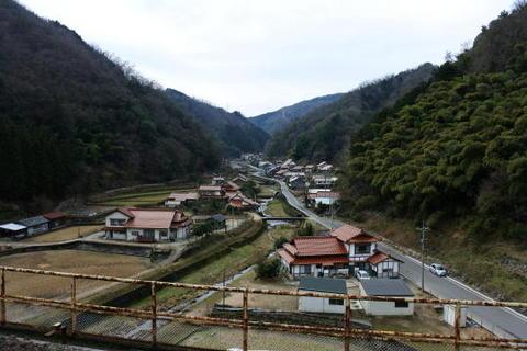 ホームの上から見た集落