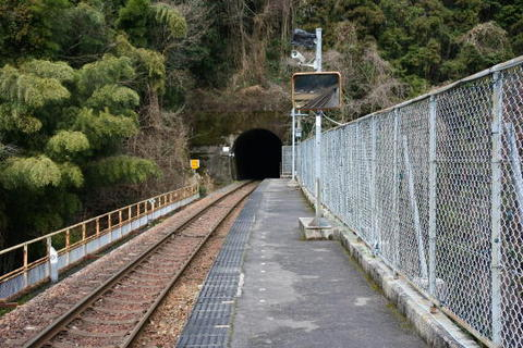 ホームの向こうはすぐトンネル