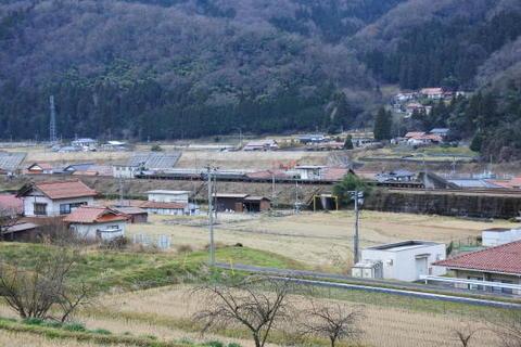 遠くから駅全景を撮影