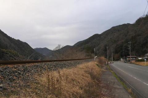 線路はこの先で長いトンネルに入る