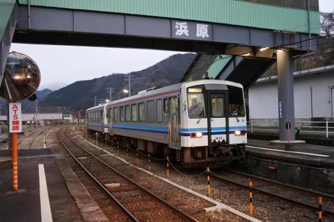 ホーム反対側には三次行きの列車