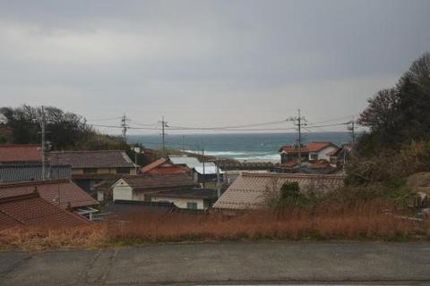 住宅街からかすかに見える日本海