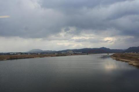 出雲市の手前で川を渡る