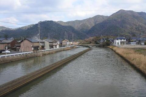 運河を渡り