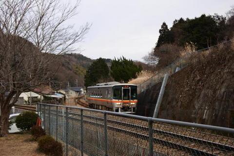 横を姫新線の列車が通り過ぎていく