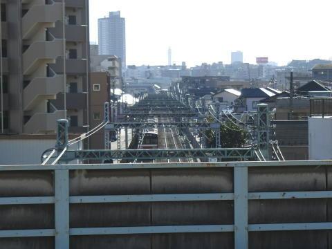高架の下を京急線の電車が次々と通り過ぎていく