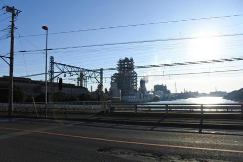 工業地帯の鉄道という感じ