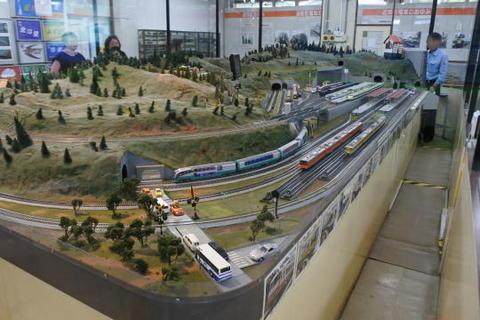 HOゲージの大規模な鉄道模型ジオラマ