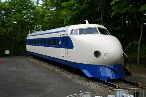 一段下の敷地にある新幹線電車