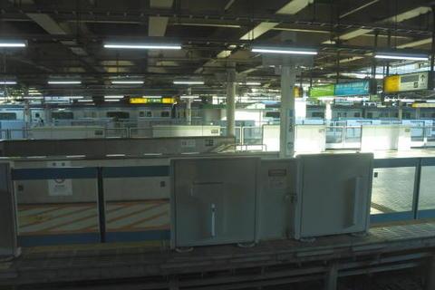 上野駅ですがホームドア設置でものものしい感じになった